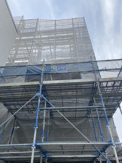 新築鉄骨造3階建の足場施工を行いました。